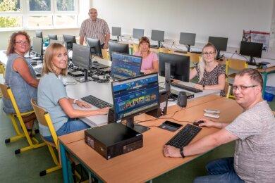 Gemeinderat Jens Walther (hinten, stehend) schaute den Lehrerinnen Jana Herrmann, Annegret Süß, Peggy Maier und Theres Sallmann (v. l.) über die Schultern, als sie von Lars Seidler mit der neuen Technik des Computerraumes vertraut gemacht wurden.
