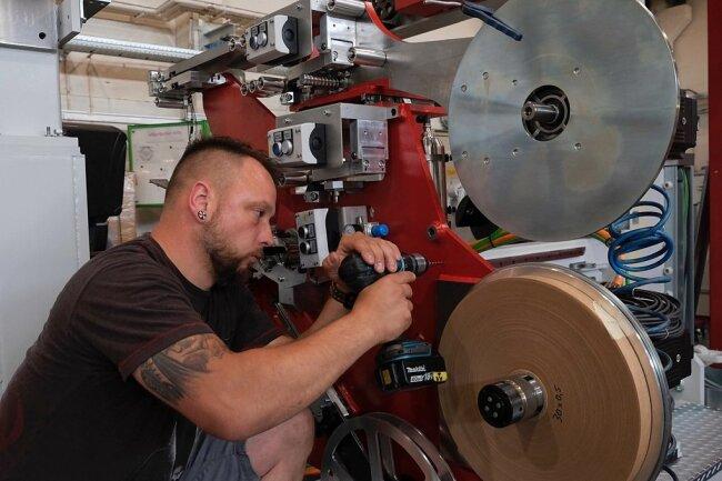 Maschinen- und Anlagenmonteur Alexander Kade bei der Montage einer Runddrahtwickelmaschine. Mit dem Bau solcher Maschinen setzt sich die gute Zusammenarbeit mit dem Trafobau Neumark fort.