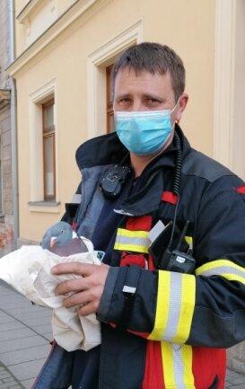 Stadtwehrleiter Thomas Weck mit der aus ihrer misslichen Lage befreiten Taube.