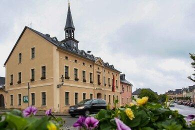 In Elterlein - hier das Rathaus - gibt es erneut Fragen wegen Erdmassen, die auf einem städtischen Grundstück gelandet sind.