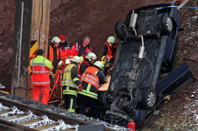 Ein Opel ist am Dienstag an der B180 einen Hang hintergerutscht und landete auf dem Bahngleis.