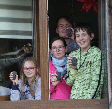 Josephine, Jasmin, Rocco und Rene Langer (von links) haben seit Samstag alle einen Corona-Warn-Buzzer. Doch der braucht noch etwas Anlaufzeit.