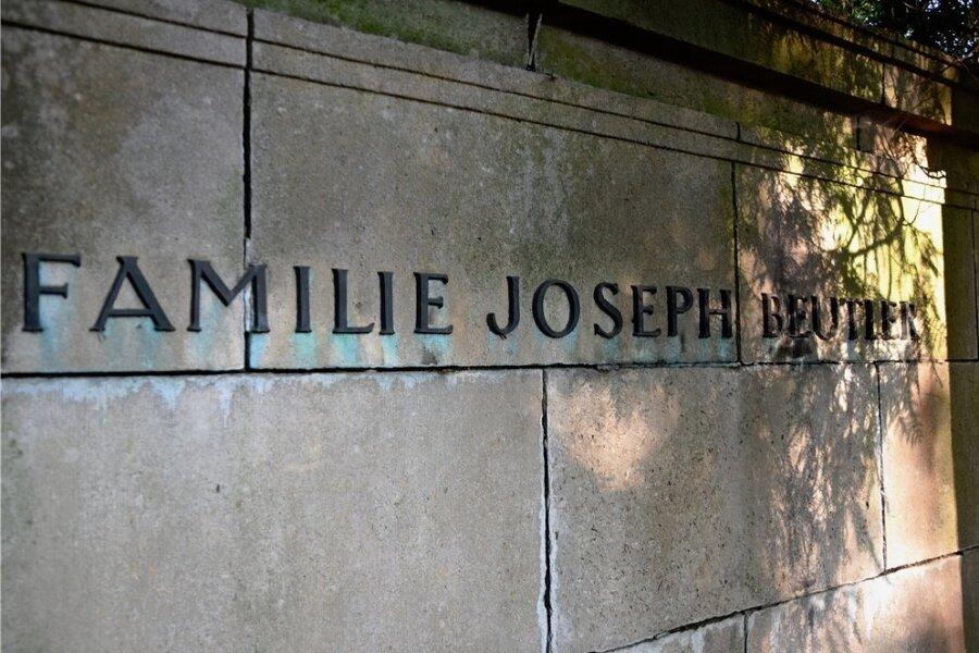 Dank einer Spendenaktion wurden die Buchstaben des Beutler-Grabmals auf dem Jüdischen Friedhof Plauen wiederhergestellt.
