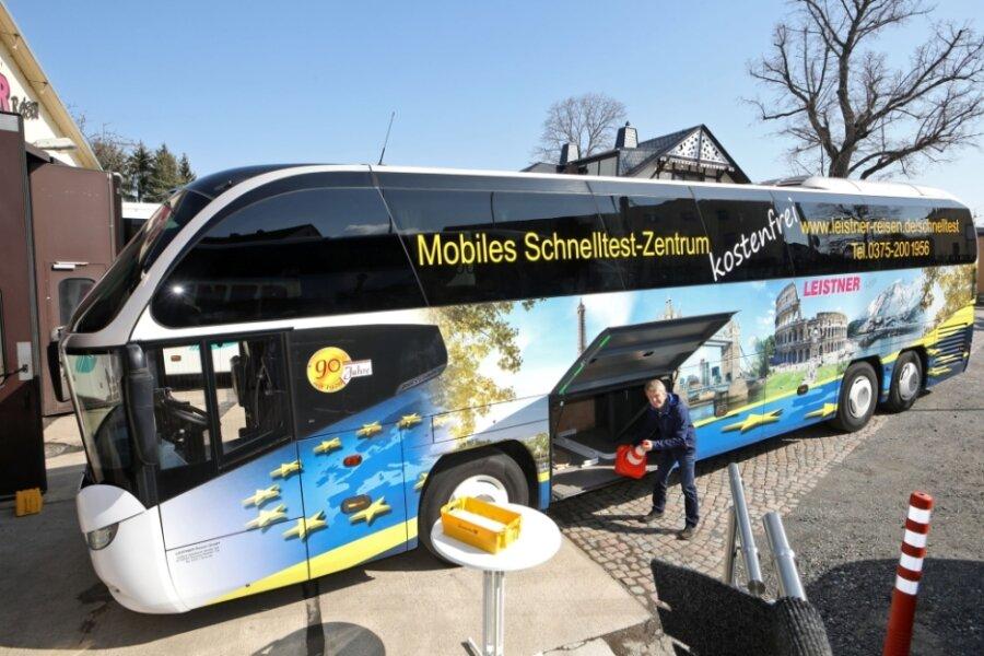 Der Zwickauer Reisebusunternehmer Matthais Zergiebel bereitet alles für die erste Tour am Freitag vor. So müssen unter anderem Tische und Stühle in die Gepäckfächer verstaut werden.