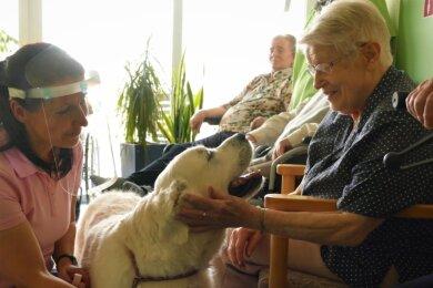 Mit ihrem Therapiehund Vienna, einem Golden Retriever, findet Susann Gottschalk immer einen Draht zu den Menschen.