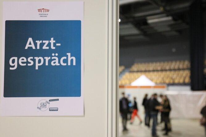 Blick in die Stadthalle Zwickau, die als Impfzentrum fungiert: Vor dem Impfen selbst ist ein Arztgespräch Pflicht. Doch einen Termin zu bekommen, erweist sich derzeit als fast unmöglich.