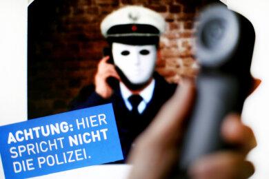 Mit diesem Plakat macht die Polizei auf die neue Betrugsmasche durch falsche Polizisten aufmerksam. Die vermeintlichen Ordnungshüter haben 2017 bundesweit bisher 2,3 Millionen Euro erbeutet.
