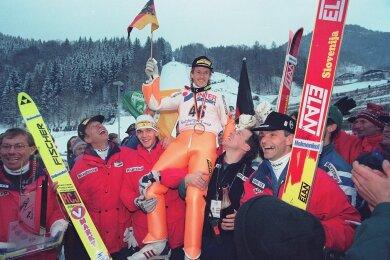 Jens Weißflog wird nach seinem Gesamtsieg bei der Vierschanzentournee am 6. Januar 1996 auf den Schultern seines Teamkollegen Gerd Siegmund (links) und von Co-Trainer Wolfgang Steiert getragen. Mit dem Oberwiesenthaler freuen sich Mannschaftsarzt Rudi Lorenz, der am 24. Dezember 2007 verstorbene Bundestrainer Reinhard Heß sowie dessen damaliger Assistent Henry Glaß (von links).