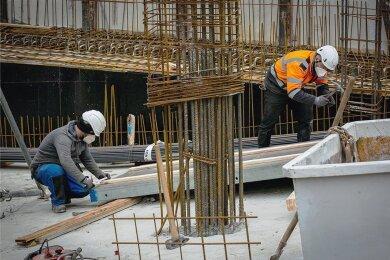 Die Gewerkschaft IG Bau fordert mehr Bewusstsein für Arbeitsschutz - und höhere Löhne.