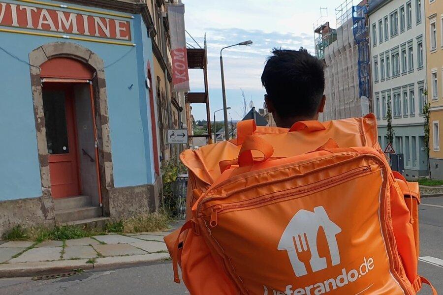 Heiße Ware im Rucksack: Der Lieferant auf einer seiner Touren auf dem Sonnenberg.