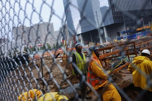 Zehn Jahre nach den Anschlägen vom 11. September 2001 blicken die USA am Sonntag zurück auf eines der erschütternsten Ereignisse in ihrer Geschichte. Das Land nimmt den runden Jahrestag zum Anlass für eine nationale Standortbestimmung und lässt eine Dekade Revue passieren, die von Terrorangst, Krieg und gefühltem Niedergang einer Weltmacht geprägt war. Im Zentrum des Gedenkens an 9/11 steht aber wie in den Jahren zuvor das Erinnerungsritual am Ground Zero in New York, wo das Terrornetzwerk El Kaida das World Trade Center mit zu fliegenden Bomben umfunktionierten Flugzeugen dem Erdboden gleichmachte und den Großteil der fast 3000 Anschlagsopfer tötete.