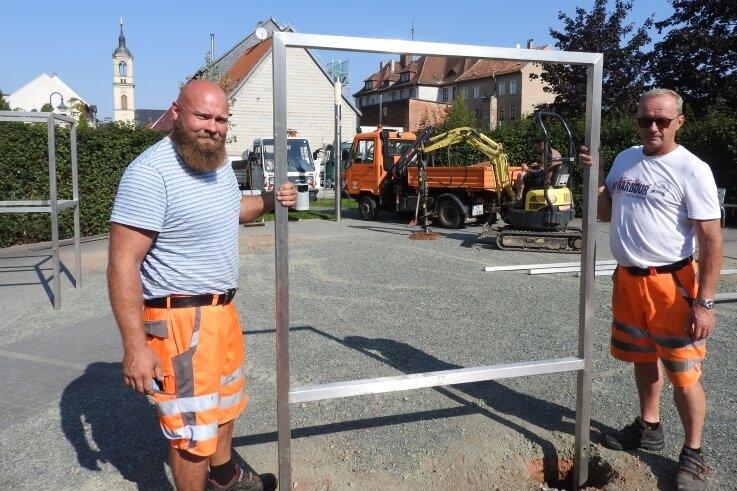 Mitarbeiter der Firma Gartenbaugestaltung Nickel bei der Umsetzung des Vorhabens im Stadtpark.