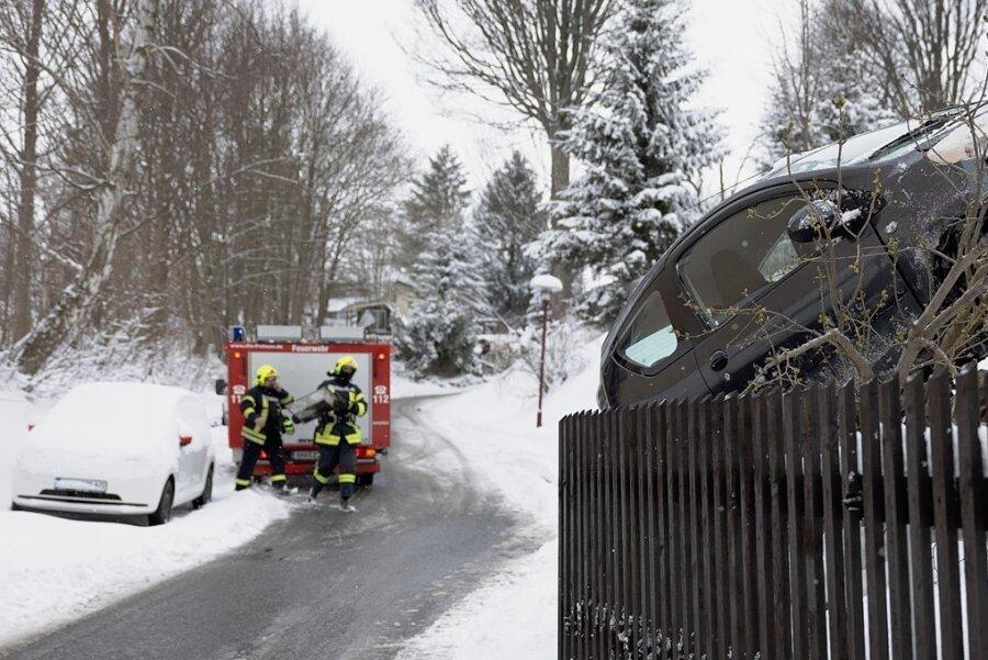 Am Dienstagvormittag verlor ein Citroën-Fahrer auf der Hauptstraße in Frohnau bergabwärts die Kontrolle über sein Auto. Der Wagen rutschte eine Böschung hinauf gegen ein Tor und einen Zaun. Der Fahrer wurde leicht verletzt in ein Krankenhaus gebracht. Die Feuerwehr Frohnau kümmerte sich um auslaufende Betriebsmittel.