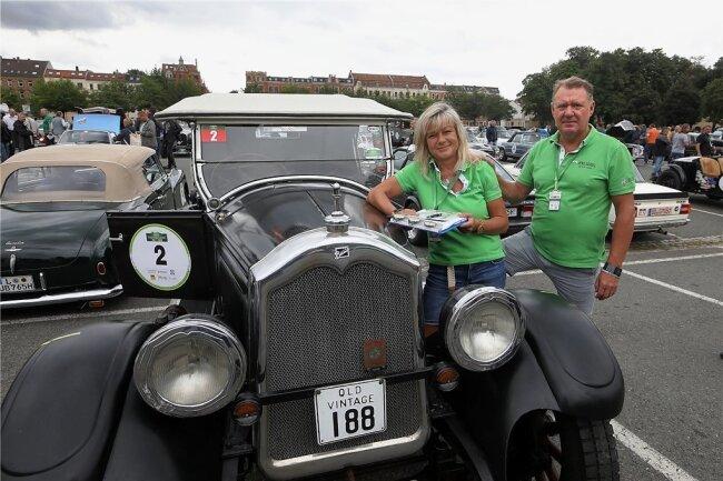 Das älteste Fahrzeug des Feldes, ein Buick Standard Six von 1926, mit Fahrer Jens Seidel und Co-Pilotin Silke Haller.