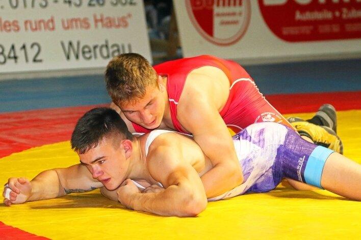 Der Werdauer Moritz Langer (rot) kämpfte gegen den Auer Aaron Hähnel im für ihn ungewohnten klassischen Stil und gewann.