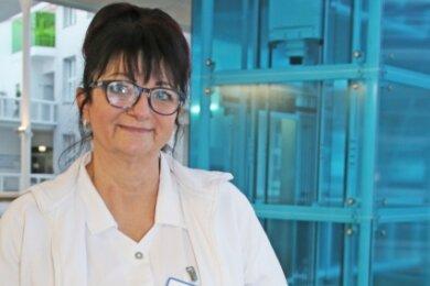Schüler des Gymnasiums Dippoldiswalde/Altenberg hatten in der Weihnachtszeit Briefe an ihnen unbekannte Patienten geschrieben. Von dieser Aktion ist Brigitte Salac-Urban immer noch gerührt.