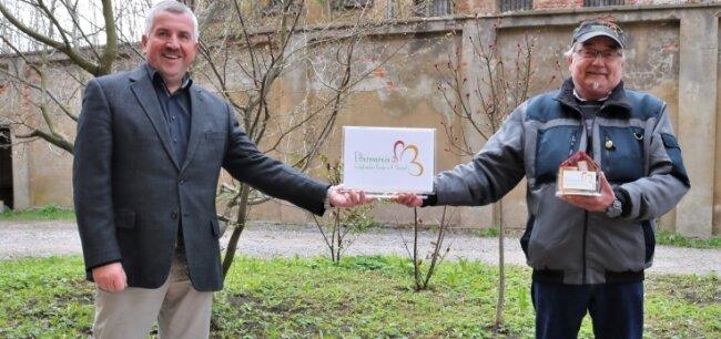 Ralph Quandt (r.) erhielt von Oederans Bürgermeister Steffen Schneider 350Euro für den Verein krebskranker Kinder.