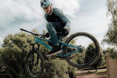 Profisportler Lukas Knopf bei einem Sprung auf das neue Element, das auf der Dirt-Wies in Marienau installiert worden ist.