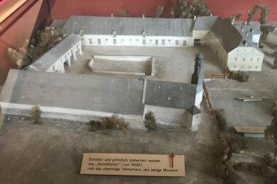 Ein historisches Modell der Schlossinselanlage gehörte zu den Ausstellungsstücken im Museum: vorn fast mittig das heute noch stehende Renaissance-Schlösschen und schräg gegenüber das Tor- und Herrenhaus rechts, in dem sich das geschlossene Museum befindet.
