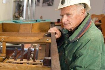 Vereinsmitglied Karl-Heinz Eulenberger schaut sich ein Wasserradmodell an.