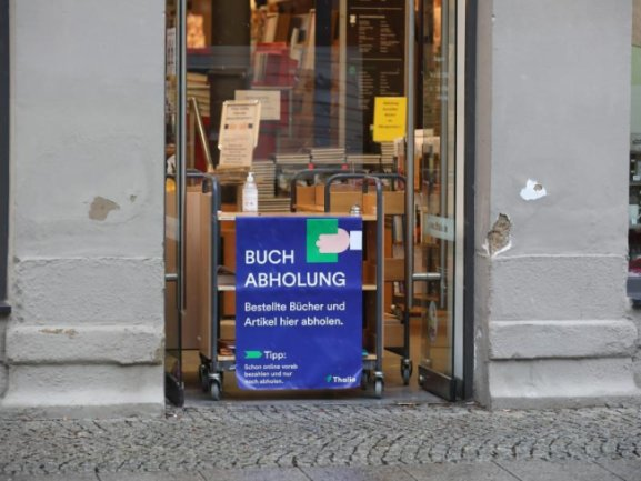 «Buchabholung» steht auf einer Tafel an einer Buchhandlung.