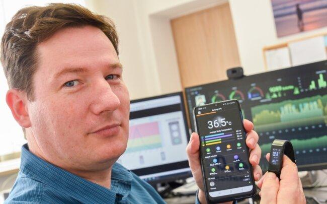 Thomas Krause hat in Neumark eine Uhr entwickelt, die vor Infektionskrankheiten warnt. Er würde sie gern an Schulen einsetzen. Doch bislang entpuppt sich dies als schwierig.