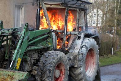Ein Forsttraktor hat am Montagnachmittag in der Forststraße in Hohenstein-Ernstthal Feuer gefangen.