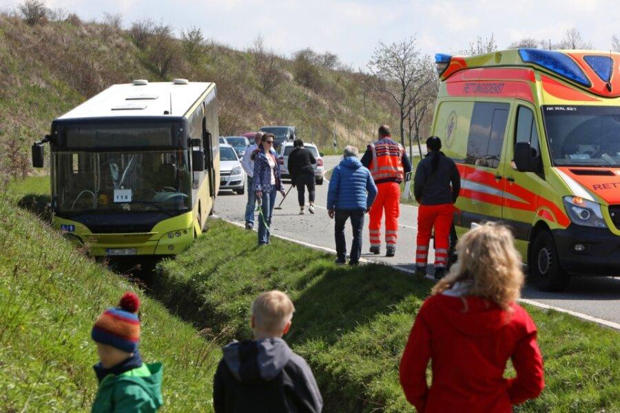 Zur Bergung des Busses wurde die Lobsdorfer Straße vorübergehend voll gesperrt.