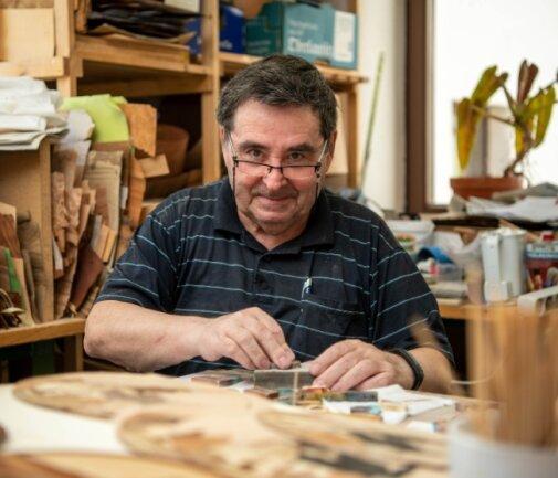 Ulf Günther in der Werkstatt des Vereins Muldentaler Intarsienkunst in Sörnzig beim Schleifen von Schmuckstücken. Aus dem Objekt muss der Verein nun ausziehen.