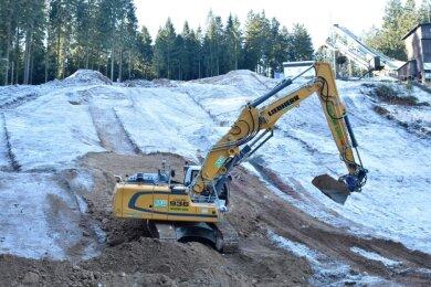 Das Geländeprofil der vier neuen Kinder- und Jugendschanzen an den Vogtlandschanzen in Mühlleithen nimmtGestalt an. Bauherr ist der Vogtländische Skiclub.