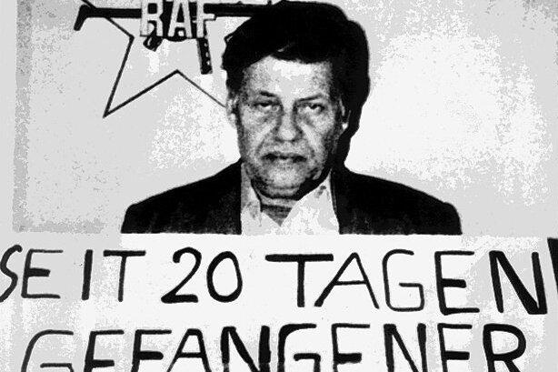 """Bildausschnitt von der Titelseite der französischen Zeitung """"Liberation"""" vom 28. September 1977, der den entführten Arbeitgeberpräsidenten Hanns Martin Schleyer zeigt."""