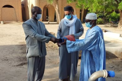 Bei der Übergabe der Wasserpumpe fürs Krankenhaus: Djibril Kassogué, Leiter der Einrichtung, Marcel Maïga und Mahamane Wayé Tandina, Krankenhaus-Aufsichtsrat (von links).