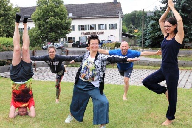 """Im Trakehnerhof Großwaltersdorf fand der sechstägige Kurs """"Energie-Retreat - Die neue Art der aktiven Entspannung und Entschleunigung"""" statt. 30 Teilnehmer aus Deutschland, Österreich und der Schweiz kochten zum Beispiel gemeinsam und trafen sich zum Yoga."""