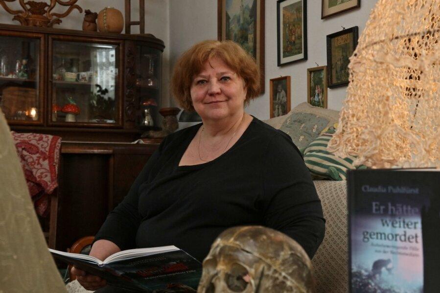Krimiautorin Claudia Puhlfürst in ihrem Reich. Auf dem Tisch ein Totenschädel. Um Irritationen vorzubeugen: Der stammt nicht vom Badewannenmörder, sondern aus dem Peter-Breuer-Gymnasium.