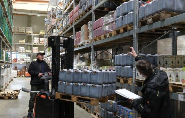 Regale voller Glühwein: Fehlende Weihnachtsmärkte und geschlossene Gaststätten machen den Absatz für Tino Walcha (r.), Chef der Obstkelterei Heide, hier mit Mitarbeiter Lutz Schober, in diesen Wochen schwierig.