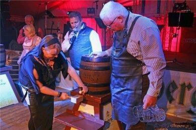 Unter fachkundiger Aufsicht von Professor Michael Eßlinger vom Freiberger Brauhaus hat Manuela Findeisen 2018 ihr erstes Bierfass beim Oktoberfest Halsbrücke angestochen. In diesem Jahr fällt es allerdings aus.