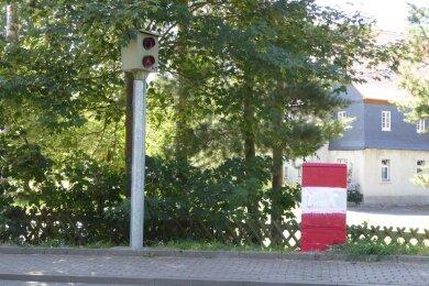 Nach Polizeiangaben wurden der Blitzer und der Verteilerkasten mit roter Farbe beschmiert.