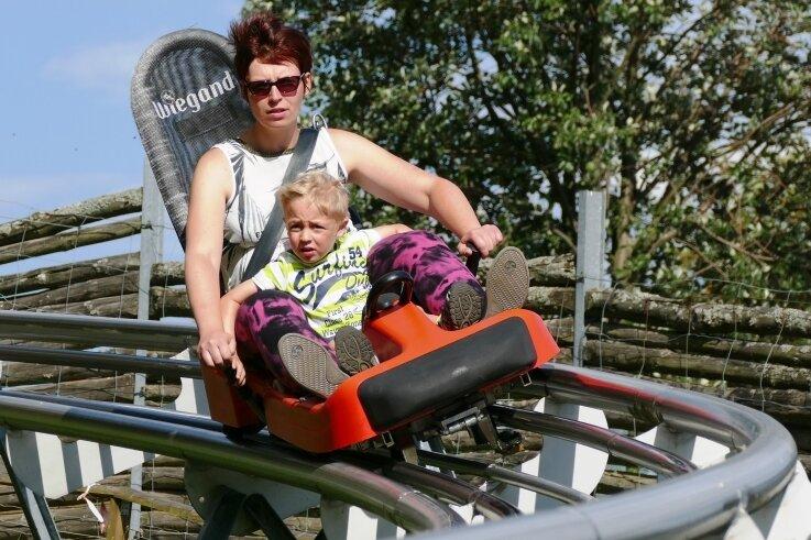 Claudia Matthes und ihr Sohn genießen die Gelenauer Coaster-Bahn. Erst nachdem das Duo sechsmal gefahren war, legte die Mutter ihr Veto ein - aber nur unter der Bedingung, bald wiederzukommen.