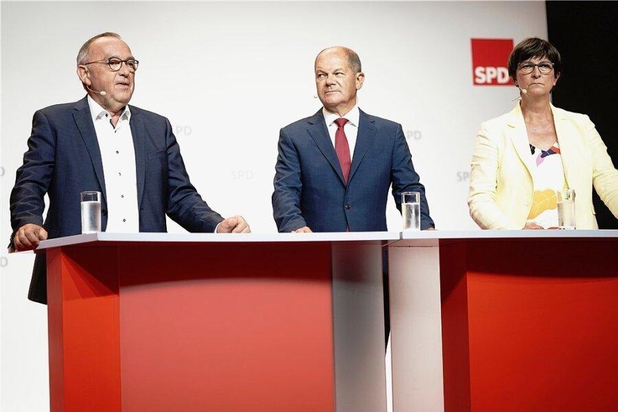 """Olaf Scholz, SPD-Bundesminister der Finanzen, neben den Parteivorsitzenden Saskia Esken (rechts) und Norbert Walter-Borjans (links). Der frisch gekürte Kanzlerkandidat betont mit Blick auf die Bundestagswahl im Herbst 2021: """"Wir trauen uns zu, dass wir deutlich über 20 Prozent abschneiden werden."""""""