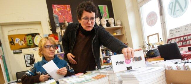 Michaela Griesbach (li.) und Anja Werner bastelten jüngst die Kalender fertig.