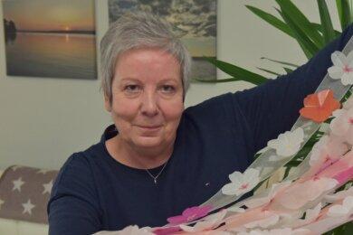 Christina Wendekamm gehört zu den Mitarbeiterinnen des Schlossbetriebs Augustusburg, die die bevorstehende Sonderausstellung in Lichtenwalde vorbereiten. Dafür sind auch über 1000 Kirschblüten zu fertigen und auf lange Stoffbahnen zu nähen.