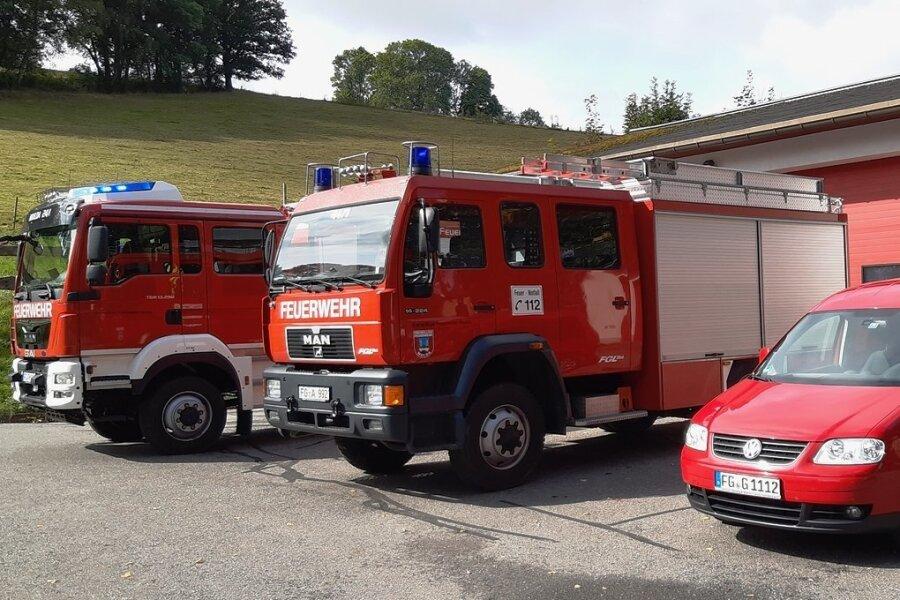 Die heutigen Einsatzfahrzeuge der Freiwilligen Feuerwehr Mulda präsentieren sich zum 145. Geburtstag auf Hochglanz poliert: Die aktuelle Flotte umfasst ein Tanklöschfahrzeug 3000 (Baujahr 2020, links), ein Löschfahrzeug 16 (Baujahr 1997) und einen Kommandowagen (Baujahr 2010).