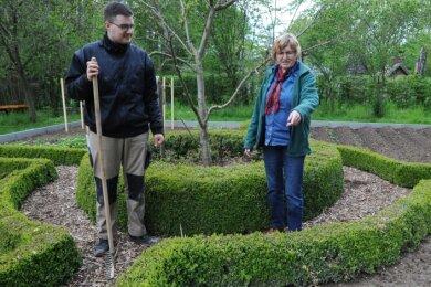 Angela Schubert, Leiterin der Naturschutzstation, und Pascal Edenharter, der ein Freiwilliges soziales Jahr absolviert, arbeiten am umgestalteten Bauerngarten.