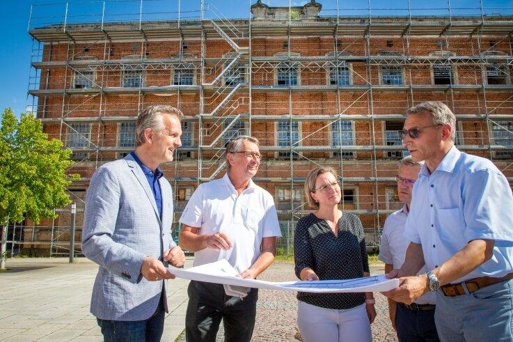 Investor Maik Renner und Architekt Jürgen Wischnewski mit der Leiterin der Finanzverwaltung, Janet Pentke, dem Leiter der Bauverwaltung, André Stefan und Oberbürgermeister Volker Holuscha (von links).