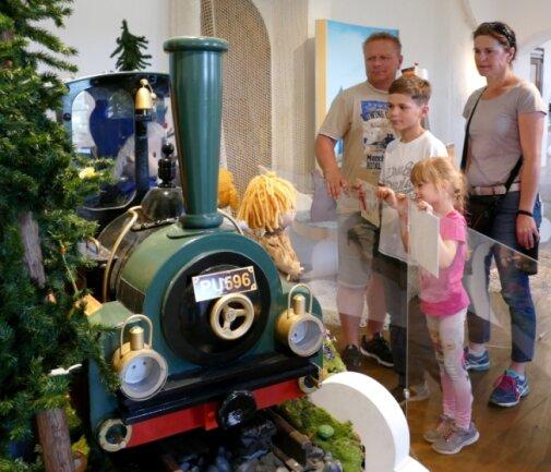 Thomas Werner, Ramona Schroth und ihre Familie besuchten den Sandmann auf Burg Scharfenstein. Die Mutter verbringt mit ihren Kindern gerade eine Mutter-Kind-Kur in Thalheim, der Vater kommt an den Wochenenden dazu.