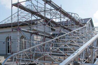 Bereits im November wurde am Erlauer Generationenbahnhof ein rollbares Schutzdach errichtet. Es wird für die Reparatur des defekten Flachdachs über dem Mittelteil gebraucht.