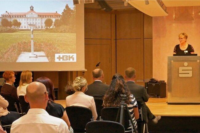 Carmen Hofmann, Leiterin der Medizinischen Berufsfachschule des HBK, bei ihrer Ansprache an die Absolventen des Jahres 2020. Foto: HBK