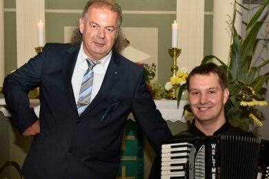 Zur Benefizveranstaltung in der Dorfkirche Arnoldsgrün las Thorald Meisel, Richard Wunderlich spielte auf dem Akkordeon.