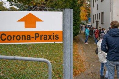 Schlange stehen für Corona-Tests am Erzgebirgsklinikum in Annaberg-Buchholz.