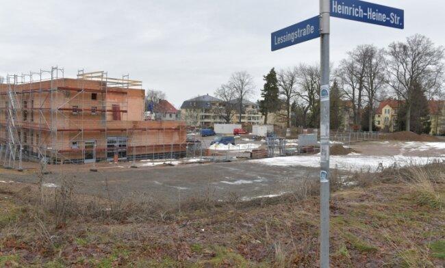 Neben der künftigen Kita (links im Bild) sollen auf diesem Areal unweit des Stadtzentrums sieben Wohnhäuser gebaut werden.